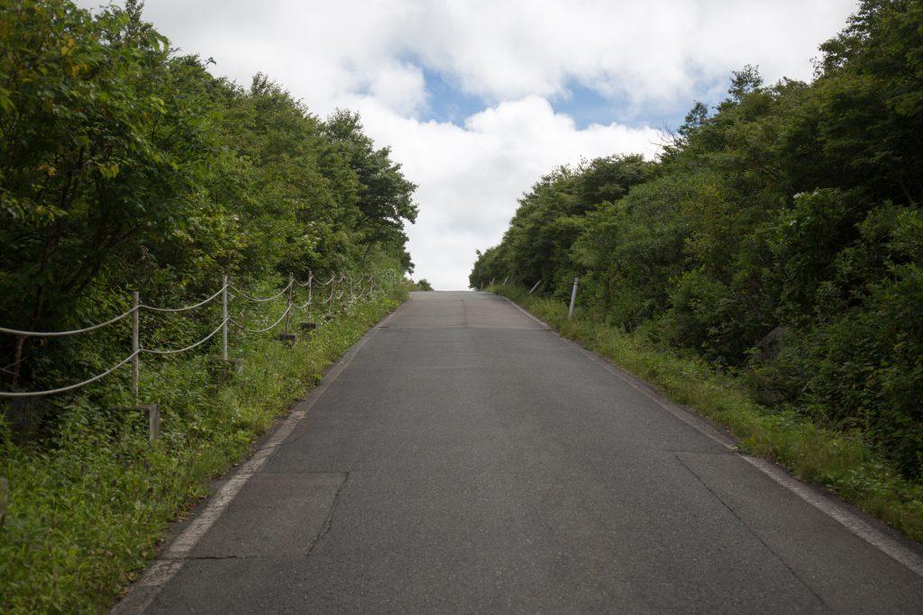 長い舗装路が終わり 早池峰山 登山