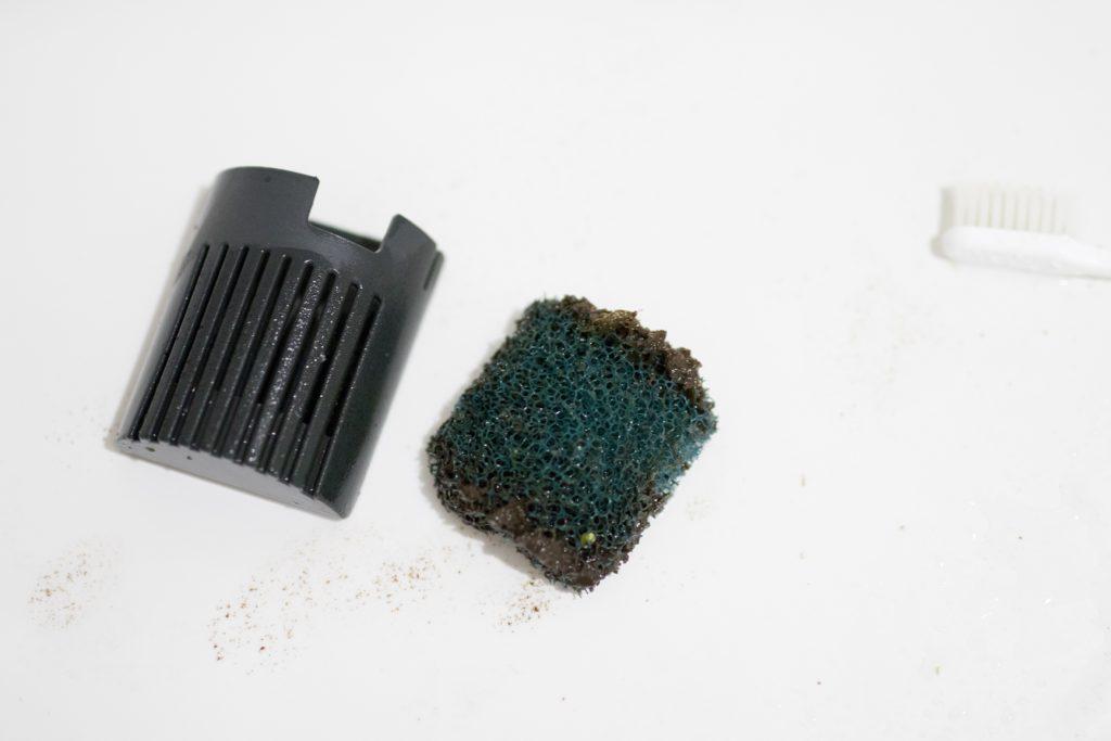 吸い込み口の粗いフィルターも汚いですね、これは消耗品なので新品と交換です